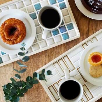タイルトレイにコーヒーとおやつをのせて。カフェトレイとして活用すれば、ティータイムも気分が上がります。個性的なタイルデザインのトレイの上にはシンプルな器がピッタリですよ。