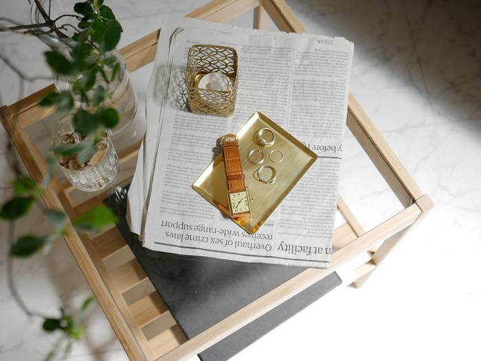 真鍮の華やかなトレイには、指輪や時計を置いて。上品なゴールドのトレイにのせたアクセサリーが、一段と輝いて見えます。アクセサリーなど、細々したモノの定位置を作っておけば、どこにあるか探したりする心配もなくなりますよ。
