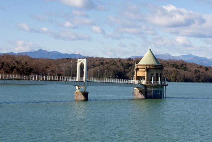 西武狭山線の西武球場前駅から歩いて15分ほどの場所にある「狭山湖」は、東京都の水源である人造湖。高台にある堤防からは、青々と水をたたえた水面を眺めることができます。