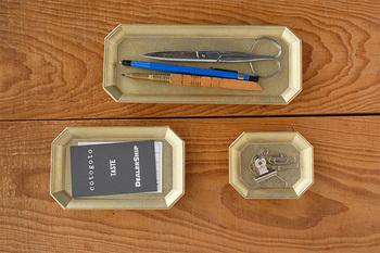重厚感のある真鍮の角形トレイには、文房具をのせて。ひと目でどこにあるのかがわかるので使い勝手もよさそう◎普通の文房具もおしゃれなトレイのに置けば、ワンランクアップの品物に魅せてくれますよ。