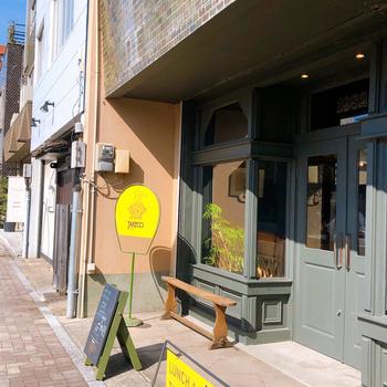 福岡県久留米市で1982年に創業された「TAKECO1982(タケコ1982)」は、スパイス料理研究家・吉山武子さんのお店。  33年以上にわたり料理教室を続けてきたという実績からもわかる通り、まさに「スパイスのプロ」が追求したカレーは、「これぞスパイスカレー」と思わず唸る王道の味。