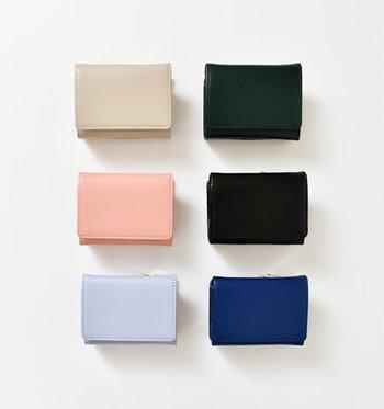 手のひらサイズのコンパクトなスムースレザーコンパクトウォレットは、コンパクトでありながら、機能性抜群!お札入れ、ファスナー付き小銭入れ、カードポケットは9個と、見た目だけではなく使い勝手のよさにも太鼓判。春らしいコーラルピンクの財布を新調しませんか?
