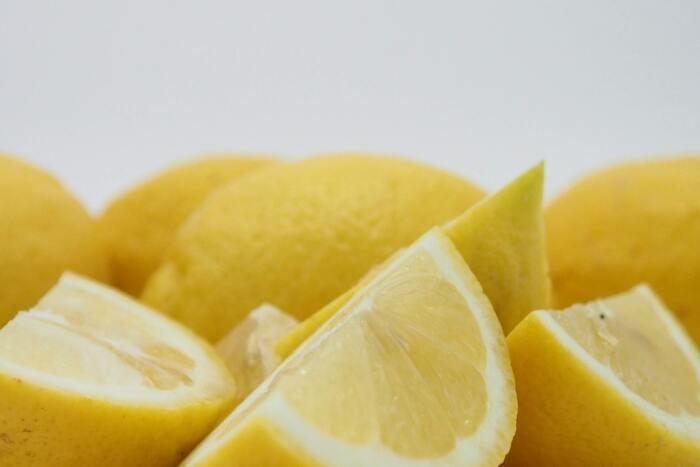 すぐに食べない場合はジップロックなどで小分けし、冷凍保存にしてもOKです。日持ちできる期間も延び、夏の暑い時期にはフローズンレモンとしても楽しめますよ。