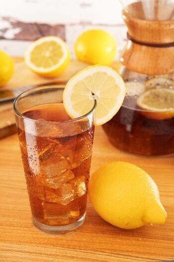 レモンのはちみつ漬けをお湯割りやソーダ割にすれば、レモネードやハイボールなど多彩なドリンクとして楽しめます。