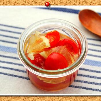 ミニトマトとレモンのはちみつ漬けを合わせてマリネ風の一品に。トマトも加わり栄養満点♪簡単に作れて、疲労回復にもいいメニューです。
