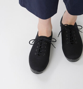 つま先に向かって細くなった女性らしいデザインが魅力の「LITE UBAL」は、大人女性によく合うキャンバス素材のレースアップシューズ。さらりと素足に合わせればナチュラルに、レースや薄手の靴下を合わせればトラッド感のある着こなしに。