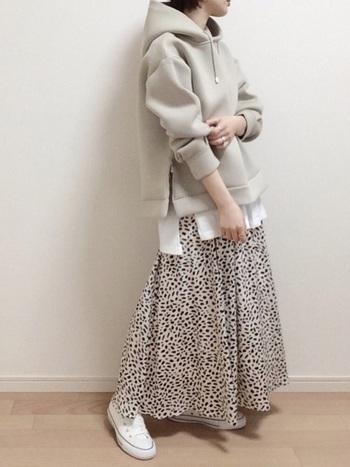 存在感のあるヒョウ柄のスカートも白のプレーンなスニーカーや淡い色合いのトップスと合わせてあげると、すっきりとまとまります。