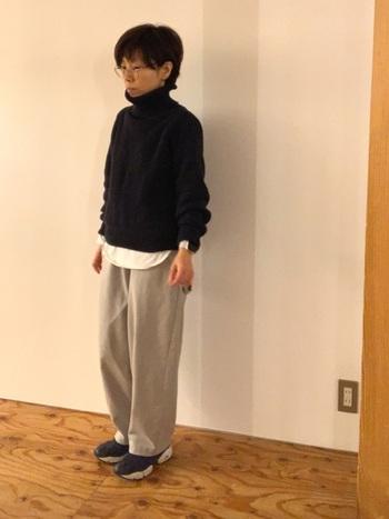 ネイビーのスニーカーは、上品な印象に。カジュアルなパンツやセーターと合わせても、きれいめな雰囲気に仕上げることができます。