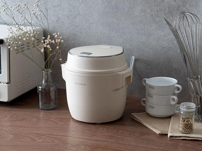 2.5合炊きのコンパクトな炊飯器。1〜2人暮らしのお家や、お弁当用などで少量のご飯が必要な際に活躍してくれます。モードの切り替えでパン生地の発酵や低温調理、煮物や蒸し料理もできちゃう優れもの。こんなに可愛らしいおしゃれな炊飯器なら、ダイニングテーブルに置いて使いたくなりますよね。