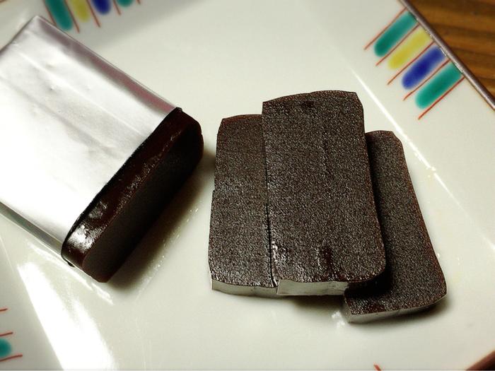 「カカオチョコ」を使ったチョコレートようかんは、こちら*  白カカオのホワイトチョコレートようかんもあるので、2つ買って食べ比べしても盛り上がりそう!