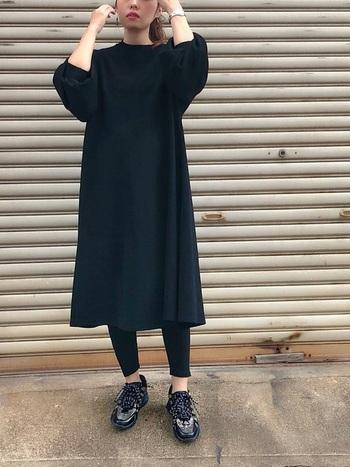 黒のワンピースとレギンスで作る、黒のワントーンコーディネート。あえて存在感のあるスポーティーなスニーカーを履いてあげることで、夏らしいアクティブな着こなしを作ることができます。