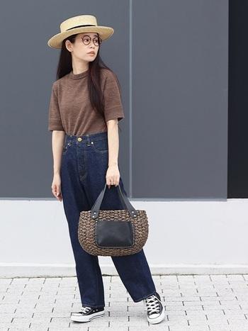 Tシャツとデニムという定番の組み合わせに、麦わら帽子やかごバックで涼やかさをプラスした夏らしい着こなし。キャンバス地のスニーカーなら、黒でも軽やかな印象に。