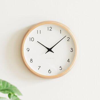 どこか素朴で懐かしさを感じるデザイン。無駄を削ぎ落として洗練されたおしゃれさを感じる電波時計です。忙しい時でもパッと見やすいフォントと大きさ。ナチュラルな部屋にマッチする温もりある天然木のフレームが印象的です。