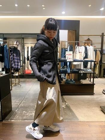 ヒョウ柄のアクセントが入ったおしゃれな白のスニーカーを、ジャケットとロングスカートのシンプルなカジュアルスタイルに取り入れて、いつもとはちょっと違う個性をプラス。