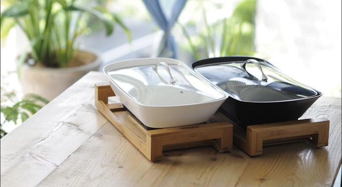 おしゃれな白いホットプレートで一躍話題になったプリンセスから、これまたおしゃれな卓上鍋が登場。やわらかいナチュラルな印象の竹素材と、シンプルで洗練されたデザインの鍋。もはや調理器具ではなくてオブジェのよう。そしてなんとこの鍋、真ん中で仕切られているので、味の違う二種類の鍋や煮込み料理を同時に作る事ができるんです!