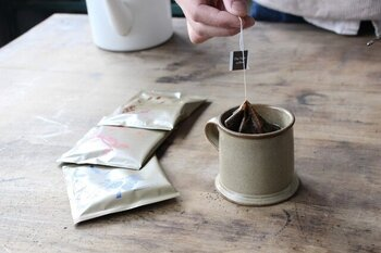 紅茶のようにカップに注いだお湯に浸けるだけでコーヒーを抽出できるコーヒーバッグ。  専用の器具を持っていない人でも、本格的なコーヒーを気軽に楽しめます。