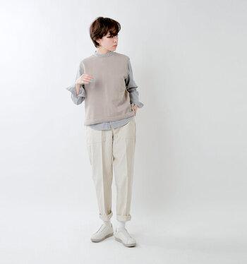 最近スニーカーを履いていない…という人のお久しぶりの一足には、季節を問わず一年中履ける白のスニーカーがおすすめ。いつもの着こなしにしっくりと馴染んでくれます。