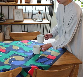 落ち着いた雰囲気ながら、パッとその場が明るくなるような配色はテーブルクロスにもぴったり