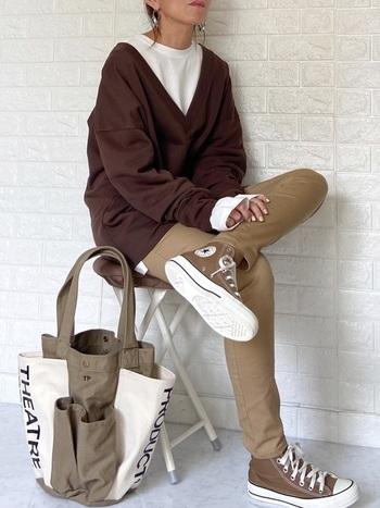 メンズのスニーカーはレディースのものよりもデザインや色がシンプルなものが豊富!メンズ向けでもサイズが合うものを取り入れていくことで、落ち着いた大人の装いに。