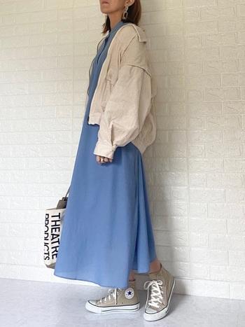 高さのあるハイカットはややカジュアルでメンズライクな印象に。スキニーやワイドパンツ、またはロング丈のスカート合わせるとバランスよく着こなすことができます。