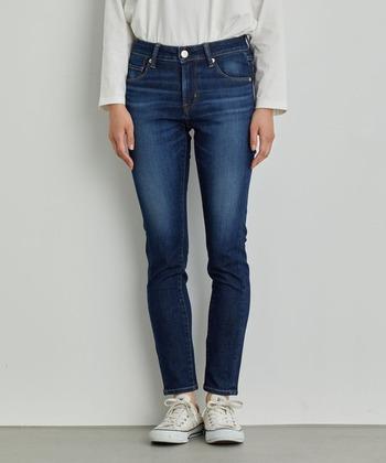 足にフィットした細身のスキニーデニムは、レイヤードコーデにレギンスが合わせやすいように、重ね着で活躍してくれます。流行に左右されにくいので、1本持っておくと便利でしょう。