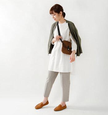 手持ちの服とも合わせやすく、さりげない存在感が欲しい時におすすめの1足です。
