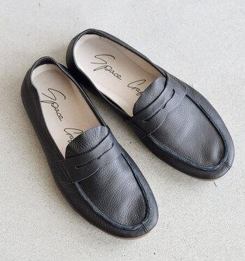 やわらかな革を使って作られたソフトステアローファー。ベーシックなペニーローファーをモチーフに、カジュアルな軽やかさをプラスした1足。
