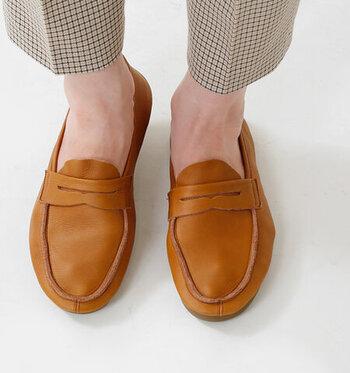足のかたちに沿うように、ふんわりと足を包み込んでくれるので、履き心地がとてもいいんです。内張りなしなので、くったりとした質感を存分に楽しめます。