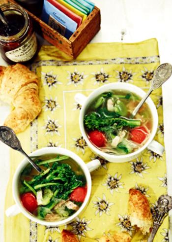 メインの菜の花のほか、そら豆や新玉ねぎなど旬の春野菜をたっぷりと使った、体あたたまる具だくさんスープです。  菜の花は軽く炒めたら、一度取り出して、最後に戻し入れましょう。しゃきっとした食感のまま、おいしく仕上がりますよ。