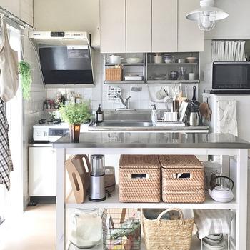 作業スペースの狭さはステンレス天板のワークテーブルで解消。 天板の下には、よく使う食器や家電を収納すれば使い勝手も良くなります。 ワークテーブルは、キッチンの目隠しとしても使え、団地のキッチンでは王道の組み合わせです。