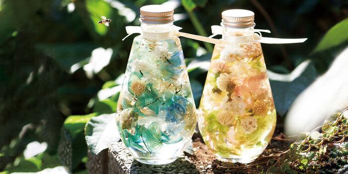 ハーバリウムを作る時に、一番難しく大切なのが、瓶の中のお花のバランス。たくさん入れるのは難しい様に感じますが、実は入れるお花が少なければ少ないほど空間が出来てバランスが難しくなります。最初は、こんな風に地層の様にお花を重ねるスタイルからチャンレンジするのがおすすめです。