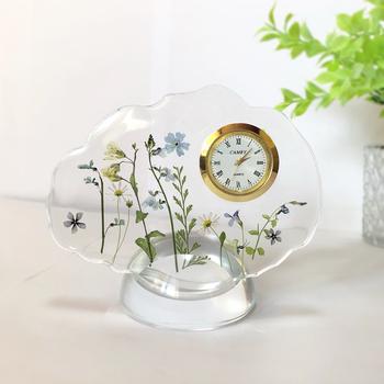 どうしても家電の雰囲気が出てしまいがちな置時計。こんなアイテムなら、テーブルの上に置いておいても自然と馴染んでくれそうですね。置時計も母の日や敬老の日のプレゼントとしておすすめです。