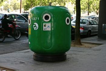ハーバリウムオイルも、揚げ物で使う油と同じように、シンクなどに流すのは、環境の為にも、お家の設備の為にも絶対にNG。新聞などにオイルを敷き込ませて、可燃ごみとして捨てる様にしましょう。汚れてしまった瓶は、綺麗に洗うのは難しいと思うので、汚れた瓶として自治体の分別に従って処分してくださいね。