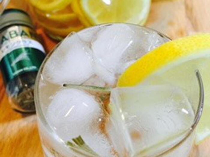 レモン酢のソーダ割りにGABANのレモングラスをプラス。爽やかな風味のスパイスレモネードの完成です。二日酔いの朝、スッキリしたい日におすすめの一杯。