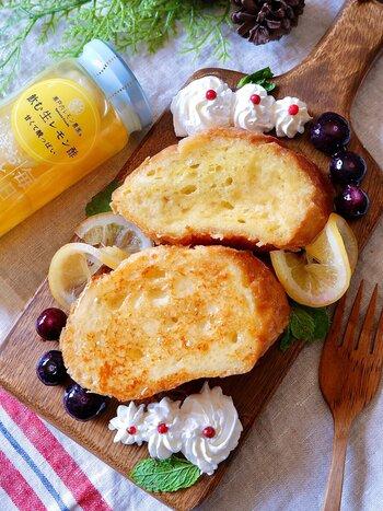 レモン酢があればいつでもレモン風味のフレンチトーストが楽しめます。  卵液にレモン酢を加えて焼くことで、お酢のツンとした感じもなくなり、お酢が苦手な人にもおすすめ。