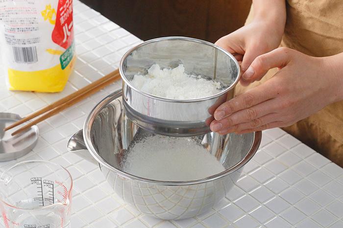 スノーボールの基本は、【混ぜる、ふるう、丸める】の3STEP! 以下の手順を覚えておくと、実際の作業が非常にスムーズになりますよ。ぜひ頭に入れておきましょう。  1.常温に戻したバターと粉糖に空気を含ませるイメージで、ふんわりするまでしっかり混ぜる 2.粉類をふるいながら入れ、さっくり混ぜる 3.ひとまとまりになったら冷蔵庫で数時間休め、丸めてオーブンへ  仕上げに粉糖を纏わせて完成です!具材を混ぜ込みたいときは、粉を合わせるタイミングでさっくり合わせると◎