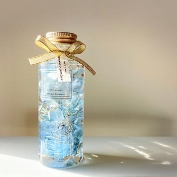暑い夏には、こんな爽やかなブルーが♡ 夏はお菓子などの傷みも気になる季節なので、帰省のお土産や暑中お見舞いのお品としてもおすすめです。