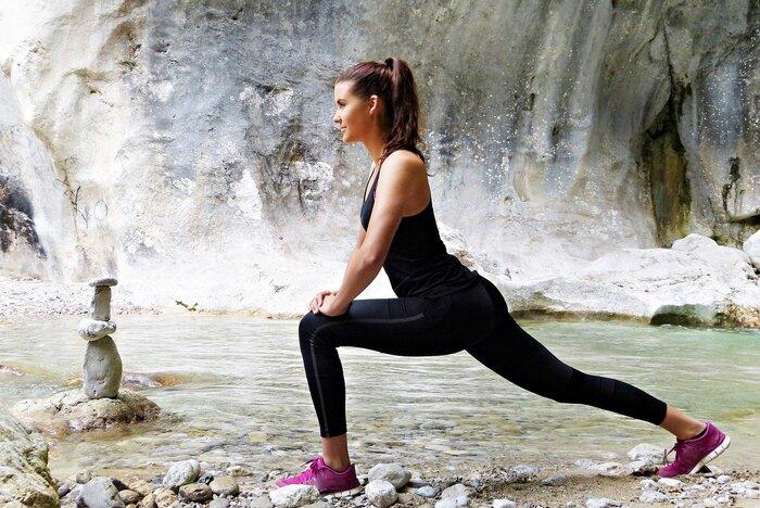 脚を前後に開いて深く沈み込む動きは、スクワットよりも股関節を大きく動かす動作となり、柔軟性の向上が期待できます。股関節は上半身を支えつつ、下半身の動きにも関係する重要なパーツ。ここを柔らかくキープできれば、血行が促進され冷えやむくみを緩和し、全身のさまざまな動作がスムーズになるでしょう。