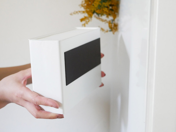 裏側にはマグネットが付いていて、ドアなどの金属部分に張り付けることができます。幅広のマグネットだから、マスクを出し入れしても安定感があります。