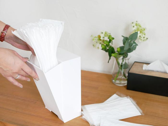 マスクの出し入れはフラップ式なので、気軽に補充ができて便利です。ドアなどに設置する他、チェストや机の上などに置いて使ってももちろんOKです。