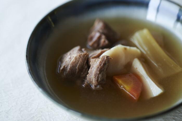 中には、玉ねぎ、じゃがいも、人参、セロリなどの野菜と、イノシシ肉がゴロリ。普段なかなか味わう機会のないイノシシ肉のおいしさを存分に味わえます。