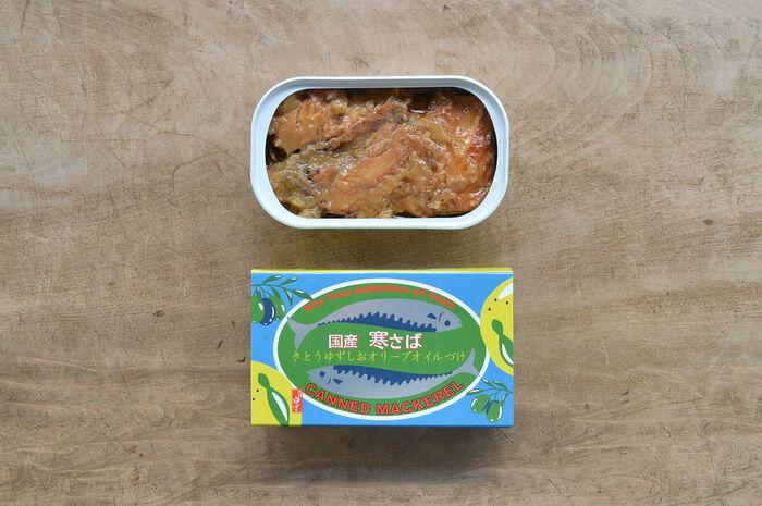 晩秋から冬の時期に獲れる脂の乗った「寒さば」を、香り高い木頭柚子と塩、クセのないエクストラバージンオリーブオイルでじっくりと漬け込んだ贅沢なさば缶です。