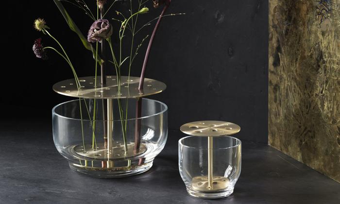 デンマーク生まれの「Fritz Hansen(フリッツ・ハンセン)」の花器、その名も「イケバナベース」。 生け花の精神に忠実に制作されたフラワーベース。穴のあいた真鍮のスタンドにお花を挿すだけで、簡単にお花を生けることができます。