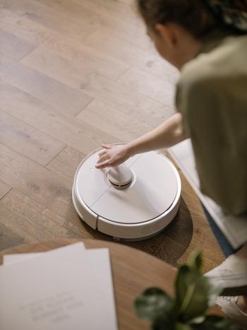 家事なら、便利家電も取り入れてみて。お掃除は掃除ロボットに、洗濯物干しは乾燥機に、お皿洗いは食洗器に。食材の定期購入・配達なども、家事の負担を軽くしてくれそうですね。  在宅ワークでは、音声入力や読み上げ機能で、書類の作成や点検などの負担を減らせますよ。便利なツールを探してみましょう。早く終わった分、読書や趣味に時間を使ってくださいね。