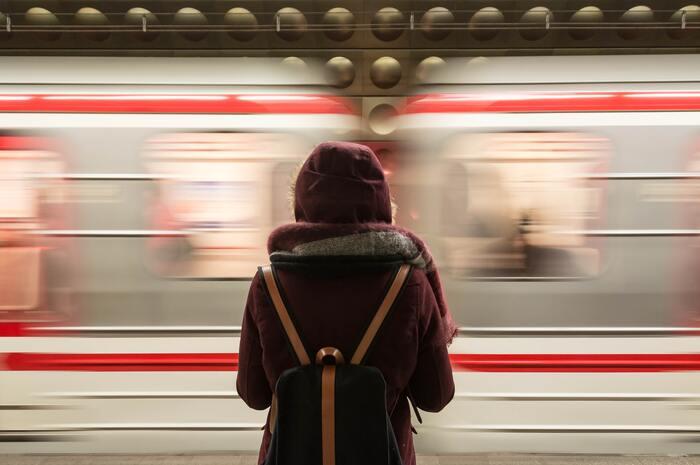 マルチタスクのやり方に注意というお話をしましたが、2つのことを同時にやるのが必ずしもNGなわけではありません。では、ながら作業が効率的に働くのはどんなときでしょうか。  最もおすすめしたいのは、移動時間を活用したもの。電車を待つ時間、乗車時間、目的地まで歩く時間など、音声で本を読んだり調べ物をしたりするのがおすすめ。※両耳イヤホンは危険なので、音量に注意してくださいね。