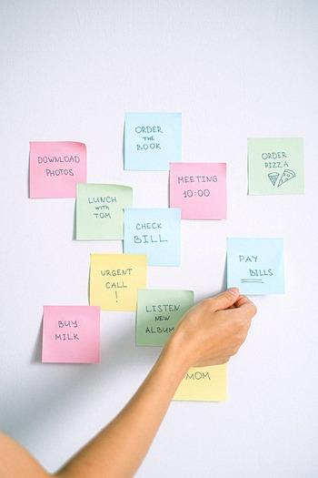 1日のタスク管理でおすすめの方法が、「カンバン」です。ボードを次の3つのエリアに分け、タスクを付箋に書き出してどのエリアにあるか貼ります。  1 todo:やる予定のこと 2 doing:実行中のこと 3 done:やったこと  朝に1のエリアにあった付箋が、すべて3のエリアに移動するのが目標。付箋を色分けなど、視覚的に簡単に情報を把握できるようにすると、さらにすっきりとしたタスク管理になります。