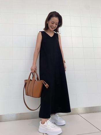 ちょっと寂しくなりがちなシンプルな黒のワンピースも、ボリューム感のある白のスニーカーを履くだけで、トレンド感のある大人カジュアルスタイルに。