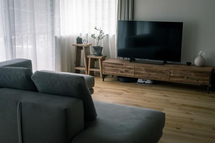 ソファや、テレビボードの足は、空間に合わせてアイアンペイントで塗装されているそう。インテリアに使う色を何色までとルールを決めることで、まとまりがあり、お部屋全体に統一感がでますね。