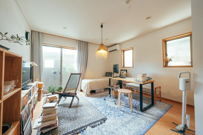 ここからは、一人暮らしさんにおすすめのお部屋のコーディネートをご紹介。こちらは、9.4畳のワンルームです。ワークスペースとリラックススペースをしっかり空間で分け、全体的に自然光が入るような家具の配置になっています。