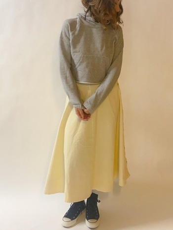 ネイビーは黒よりも柔らかなので、イエローやベージュなどの淡い洋服と合わせやすいというのも嬉しいポイント。パステルイエローとも馴染みがよく、着こなしをほどよく引き締めてくれるんです。